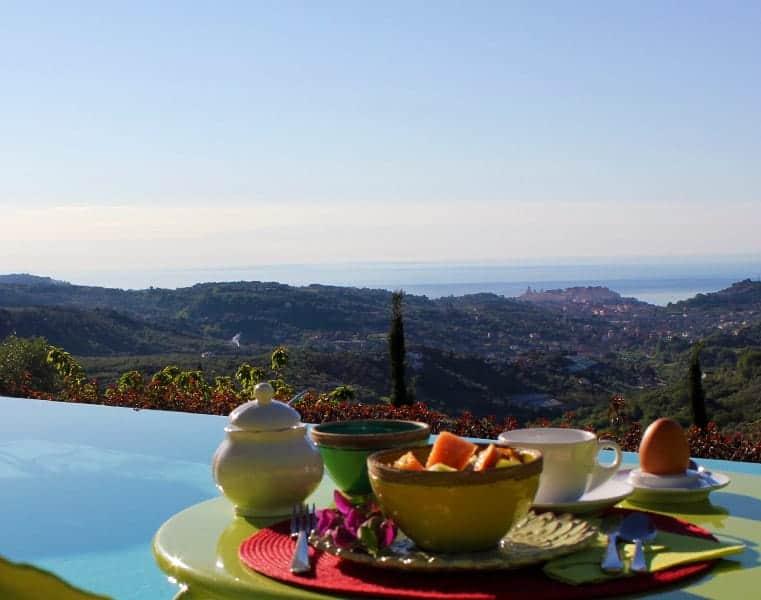 Colazione a bordo piscina, Agriturismo Relais San Damian, Imperia, Liguria, Italia